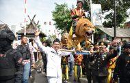 Peringati Hari Bhayangkara, Dedi Mulyadi Perkenalkan Budaya Memikul