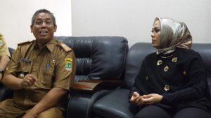 Bupati Karawang, dr.Hj. Cellica Nurachadiana saat mendengarkan pemaparan Kepala DPMPTSP terkait Izin PT JLM