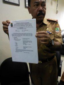 Sekda Kabupaten Karawang H. Teddy Rusfendi Sutisna saat menunjukkan Surat Izin yang diduga palsu