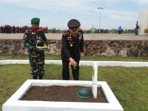 Kapolres Cirebon,AKBP H. Risto Samodra saat menabur bunga di Makam Pahlawan Desa Gegunung Kecamatan Sumber Kabupaten Cirebon