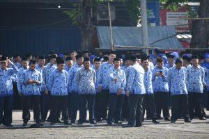 Para PNS Karawang yang mengikuti Para Veteran yang mengikuti upacara Hari Pahlawan ke-72 dipadukan dengan Hari Kesehatan Nasional ke-53 tahun 2017