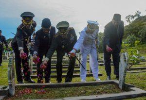 Tabur bunga di Makam Pahlawan di Desa Blang Panyang, Kecamatan Mauara Satu, Lhokseumawe
