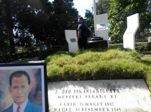 Makam pahlawan nasional.Oto Iskadar Dinata yang mendapat julukan Si Jalak Harupat ini, yang berada diruas Jalan Raya Lembang, Desa Gudang Kahuripan Lembang, Kabupaten Bandung barat, Jawa Barat sepi yang jarah pada hari memperingati Hari Pahlawan ke-72