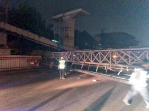 Crane terjatuh di KM 15 tutupin jalan