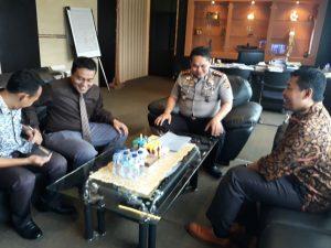 Kapolres Cirebon, AKBP H. Risto Samodra saat menaymbut tim Panwaslu di ruang kerjanya