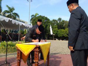 WaliKota Bekasi, Dr. Rahmat Effendi saat menandatangani Surat pelantikan