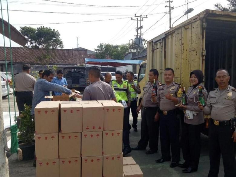 Simpan dalam Truk Boks, Ribuan Botol Miras Terjaring Razia Polisi
