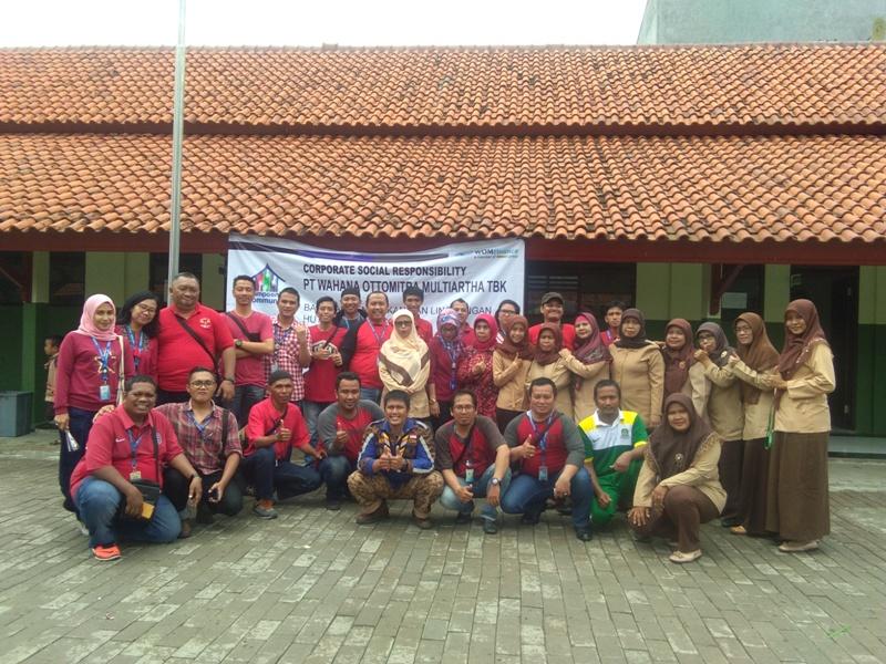 Dukung Raih Adipura, WOM Finance Bekasi Bagikan Bak Sampah ke SDN Kayuringin Jaya 6