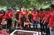 Ratusan Karyawan Alfamart Tabur Bunga di TMP Patriot Bangsa