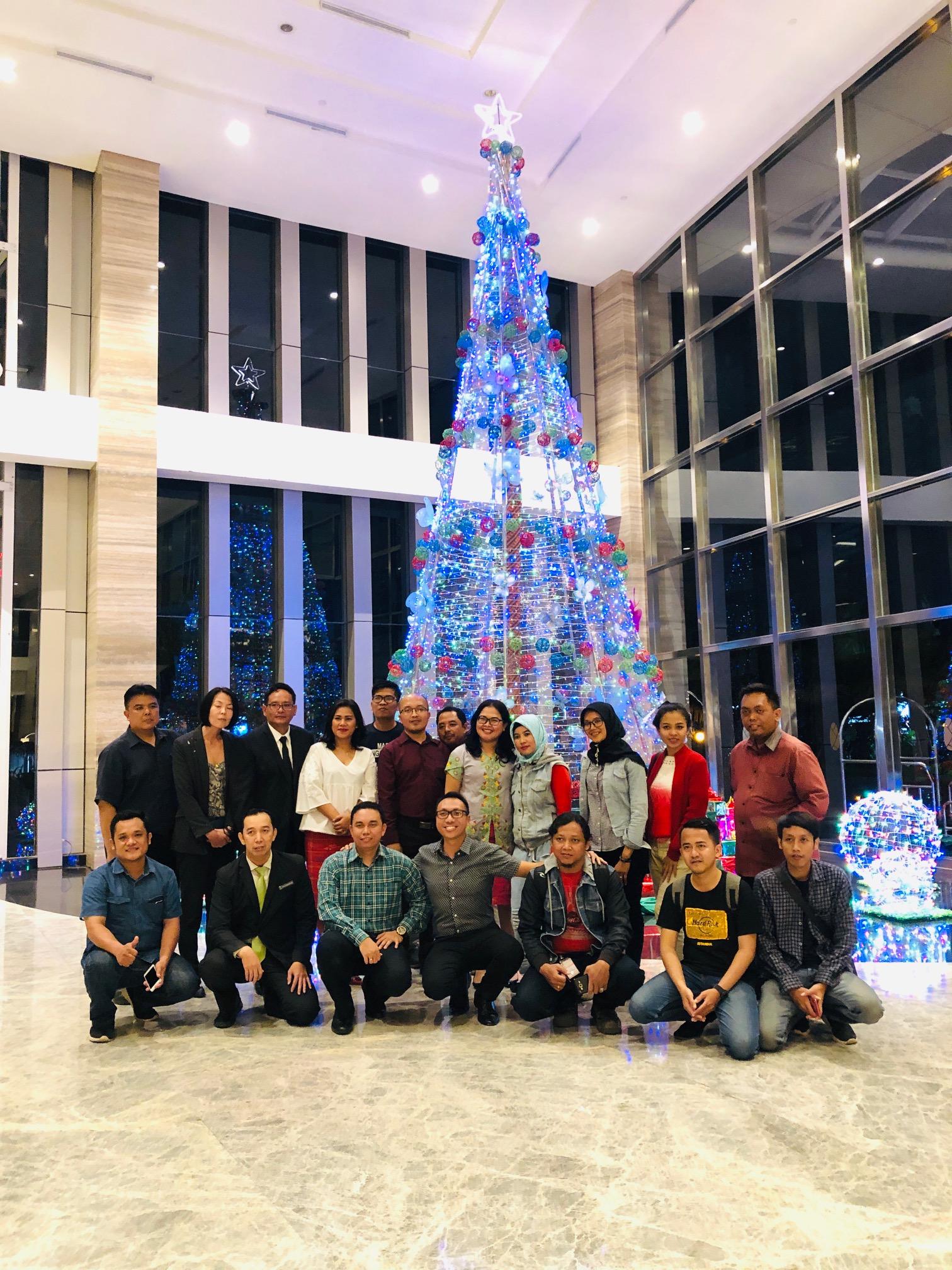 Resinda Hotel Karawang Nyalakan Pohon Natal Setinggi 9 Meter