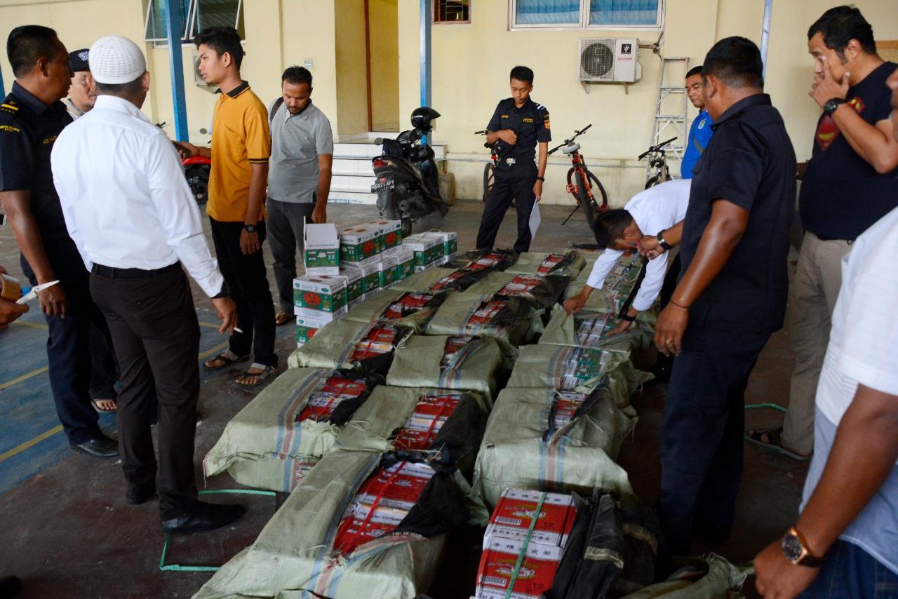 Penyeludupan Ratusan Dus Teh Ilegal Asal Thailand Digagalkan Personel TNI