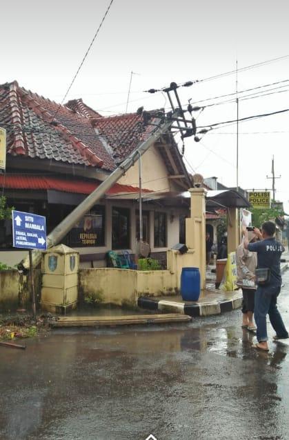 Sembilan Ruko Hancur dan Tiang Listrik Tumbang di Bekasi Akibat Angin Puting Beliung