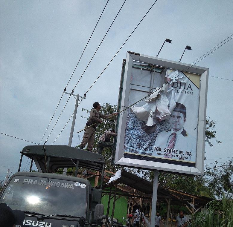Bawaslu Bireuen Tertibkan Alat Peraga Kampanye