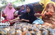 Telur Asin Bermotif Batik Asal Karawang Laris Terjual