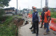 Jalan Adiarsa Barat Longsor, BPBD Karawang Langsung Bertindak