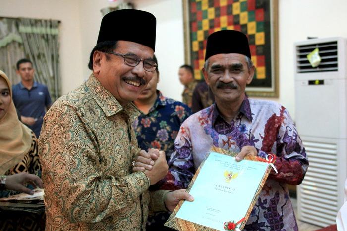 Menteri ATR/BPN Bagikan 67 Sertifikat Tanah