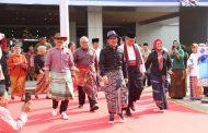 Gelar Fashion Show, Menaker Hanif Ingin Populerkan Kain Sarung