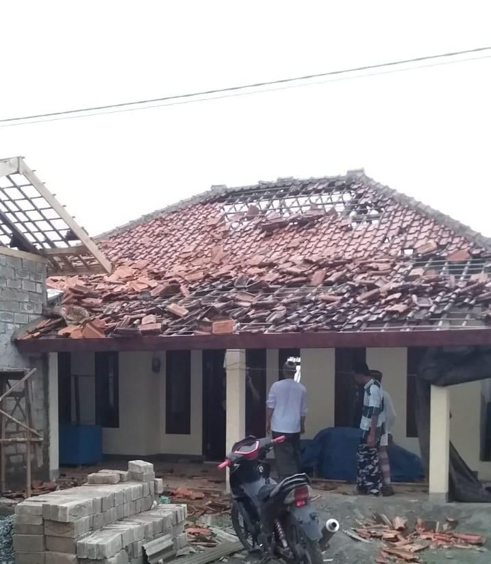 Bersama warga, Camat Plered Bantu Perbaiki Rumah yang Terkena Angin Puting Beliung