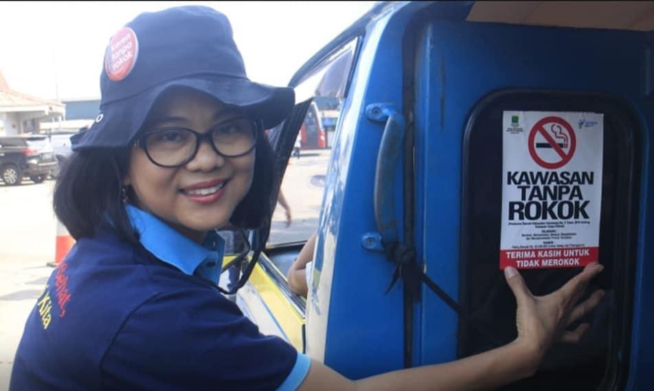 Dinkes Tempelkan Stiker Larangan Merokok di Angkutan Umum
