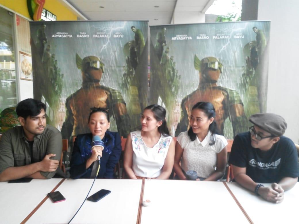 Pemain Film Gundala Sapa Warga Karawang di Mall KCP