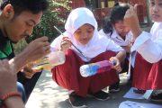 Mahasiswa KKN UNNES Sulap Botol Bekas Menjadi Pot Tanaman Bersama Siswa SDN 2 Bulan