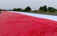 Bendera Merah Putih Raksasa Dikibarkan di Puncak Bukit Kelam