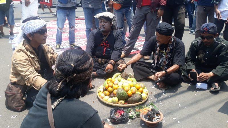 Aksi Unjuk Rasa Diwarnai Teater Oligarki Goyang Karawang