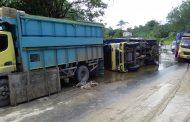 Truck Terbalik Akibat Jalan Menuju Pontianak Rusak Parah