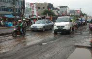 Warga Keluhkan Jalan Berlubang di Joyomartono