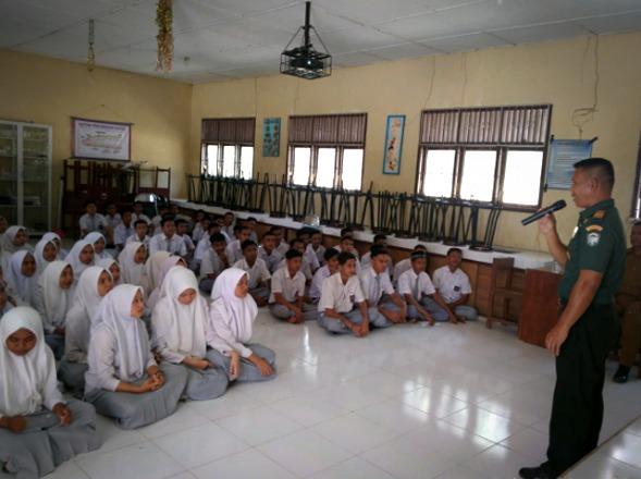 Koramil 03 Rantau Selamat Sosialisasikan Penerimaan Secata TNI AD kepada Siswa SMUN 1 Bayeun