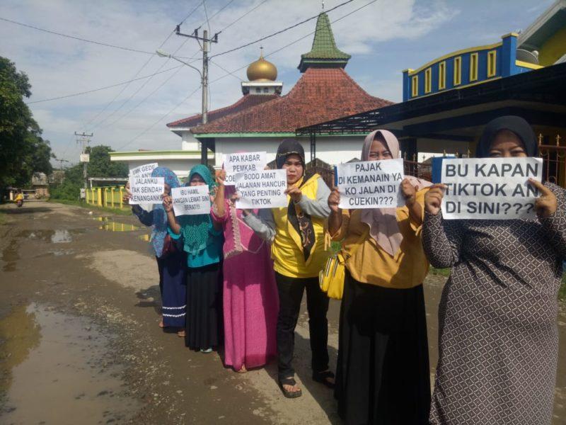 Ibu - ibu di Karawang Protes Jalan Rusak, Sindir Bupati Cellica Lewat Video Tik-Tok