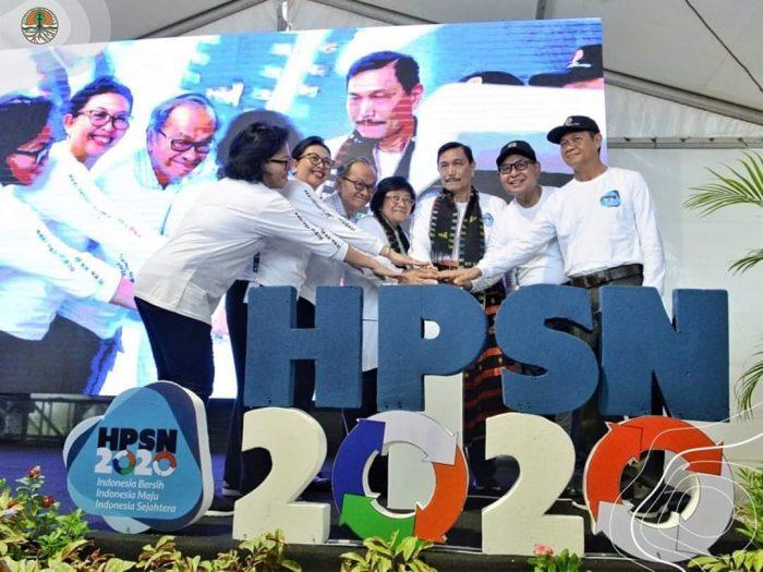Para Menteri Pimpin Aksi 10 Ribu Orang Bersihkan Pantai Labuan Bajo