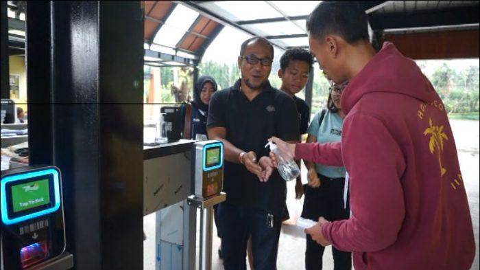 Pengunjung Lembang Park and Zoo Disemprot Menggunakan Hand Sanitizer