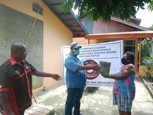 DPD LSM WGAB Papua Salurkan Paket Sembako untuk Warga Terdampak Covid-19