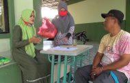 SMPN 32 Bekasi Bagikan Paket Sembako untuk Korban PHK