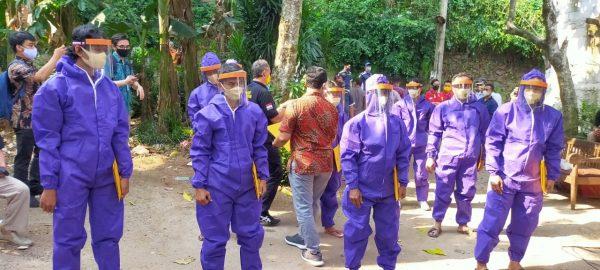 Kemnaker Semprotkan Disinfektan di Pondok Cabe Tangerang Selatan