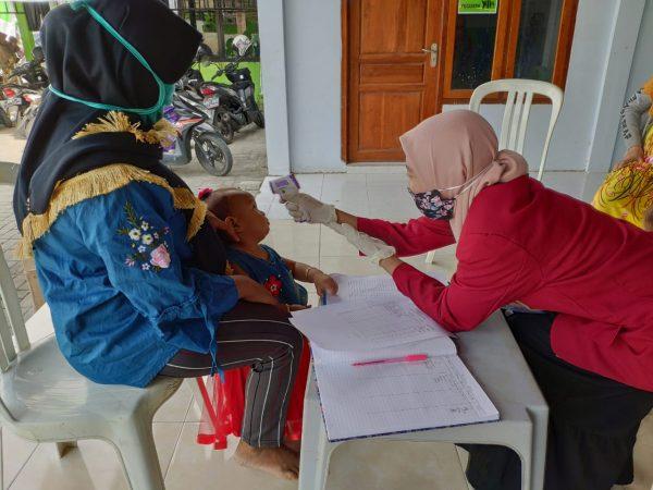 Mahasiswa UMM Bagikan Sabun Cuci Tangan untuk Warga Desa Marmoyo