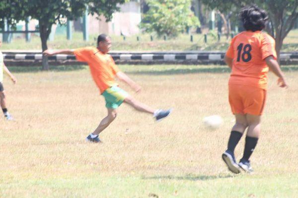 Lewat Sepakbola, Bupati Subang Adu Bugar Lawan Personil 0605 Subang