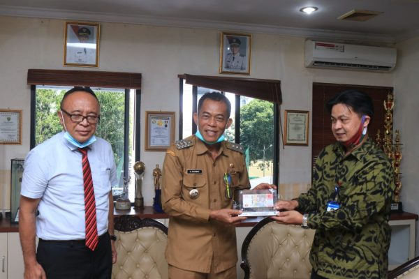 BI Bandung Perkenalkan Pecahan Uang 75.000 Ribu ke Bupati Subang