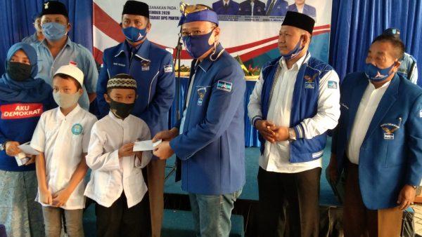 Peringati Hari Jadi ke-19, DPC Demkorat Kota Bekasi Santuni Anak Yatim