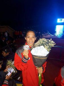 Nur Meni atlet PODSI KONI Kota Bekasi, saat menunjukkan medali Emasnya