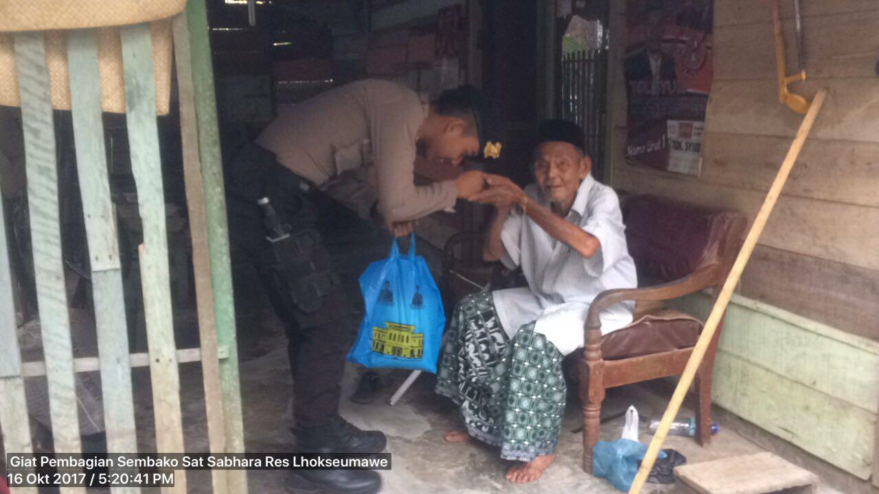 Patroli Dialogis, Polisi Berbagi Sembako di Muara Satu dan Dewantara