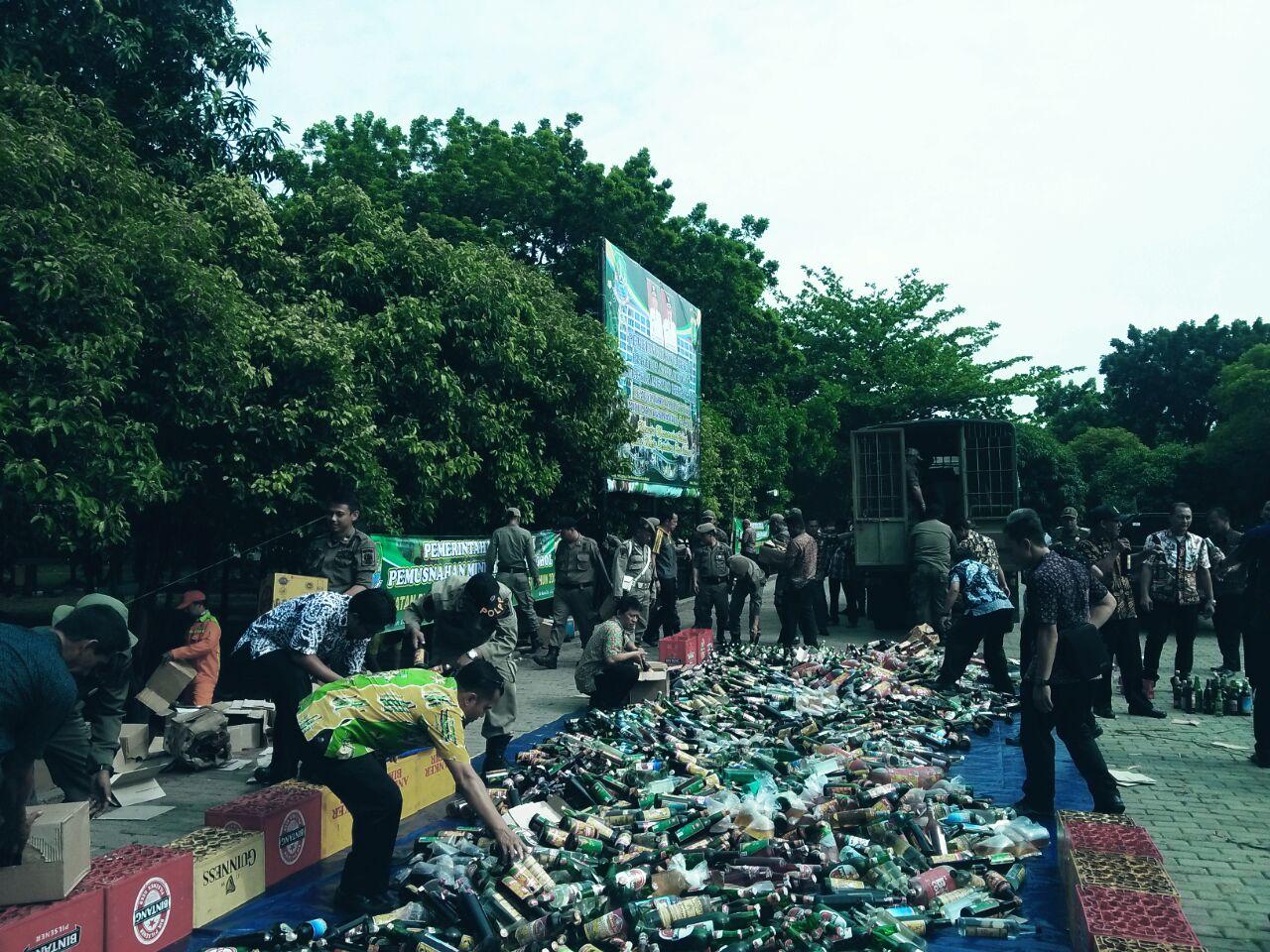 Pemkot Bekasi Musnahkan Ribuan Botol Miras