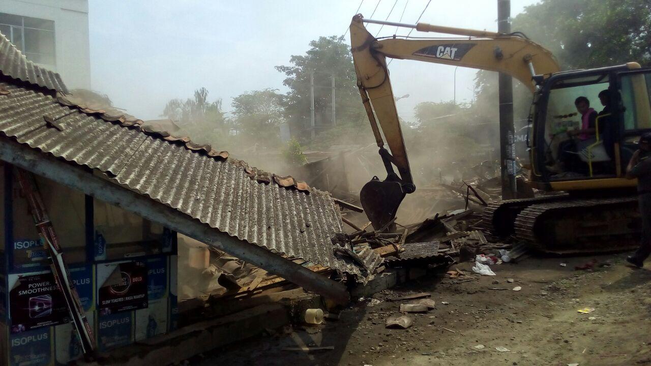 Warga Badami Menangis Histeris Melihat Bangunan Rumahnya Dibongkar