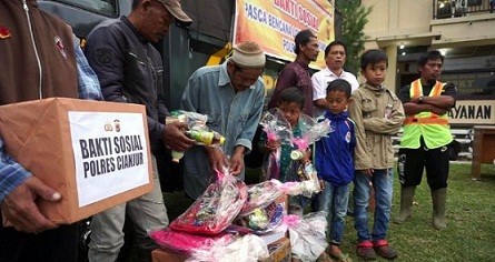 Polres Cianjur Bagikan Sembako dan Alat Tulis di Lokasi Bencana