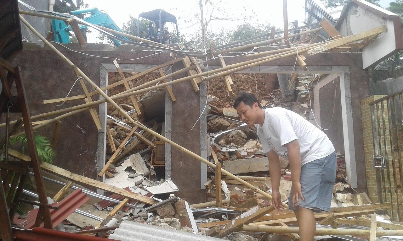 Tembok Penahan Tanah Taman Baca di Purwakarta Ambruk Menimpa Rumah Warga