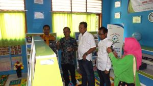 Perumnas dan PT Balai Pustaka saat melihat perpustakan taman baca yang diberikan kepada SMPN 2 Telukjambe Timur, Karawang, Jawa Barat