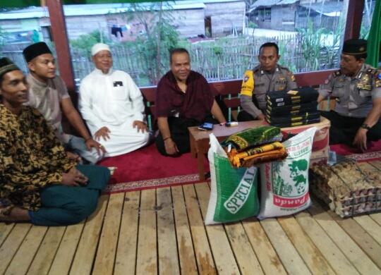 Jalin Silaturahmi, Polisi Sholat Bersama dan Serahkan Sembako ke Pesantren
