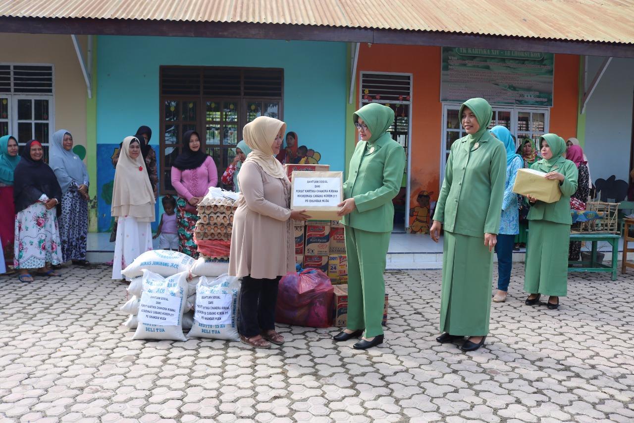 Ketua Persit Koorcab Rem 011 Berikan Bantuan Untuk Korban Banjir