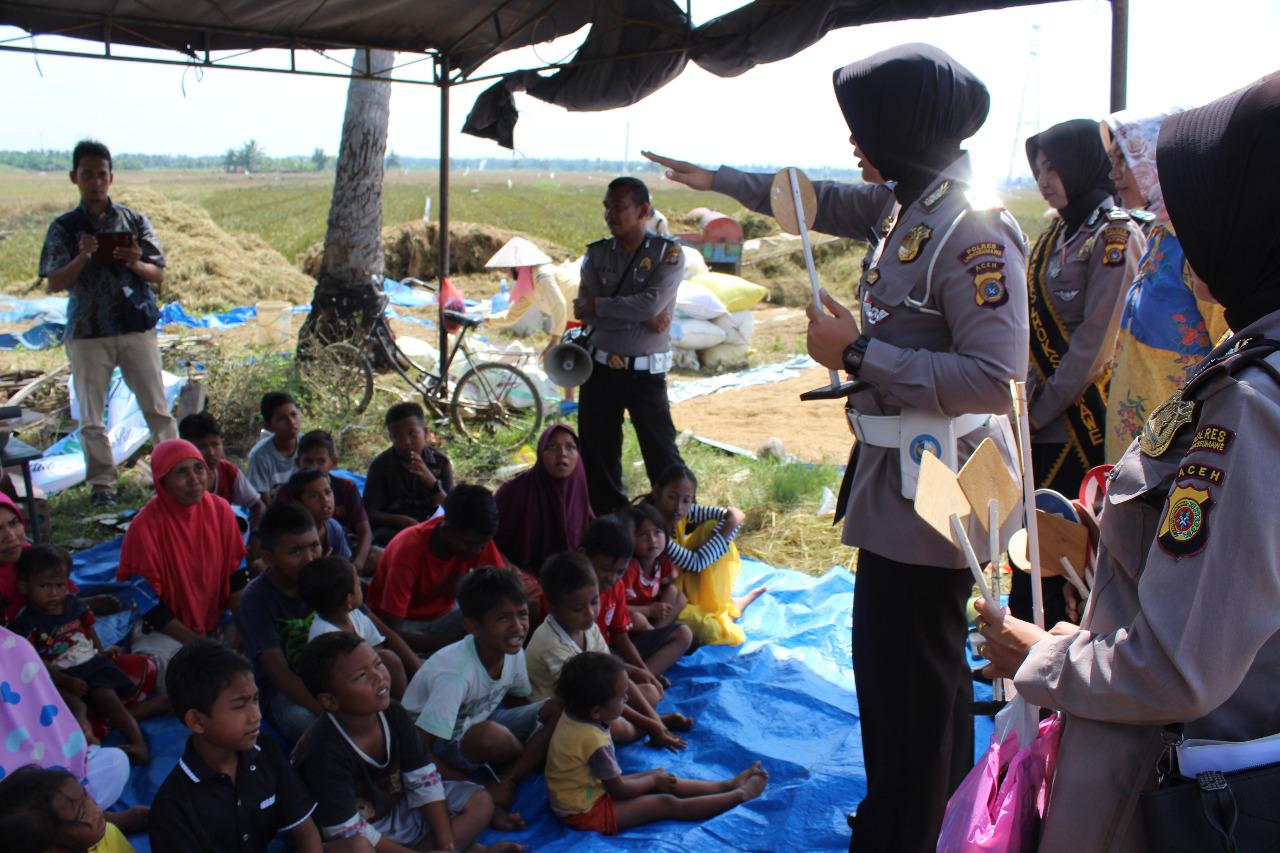 Polwan Polres Lhokseumawe Edukasi Korban Banjir di Aceh Utara